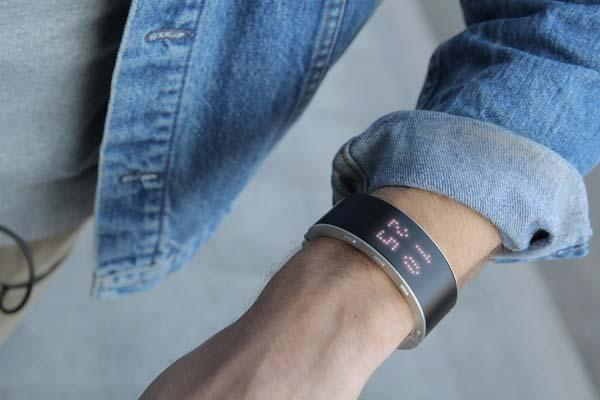 The .klatz Bracelet Styled Smartwatch with Handset