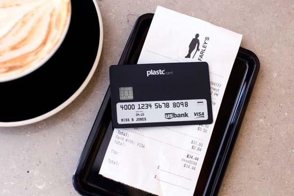 The Plastic Card Replaces All Your Cards in the Wallet