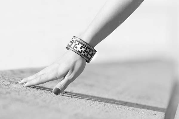 LookSee Smart Bracelet with a Curved E-ink Display
