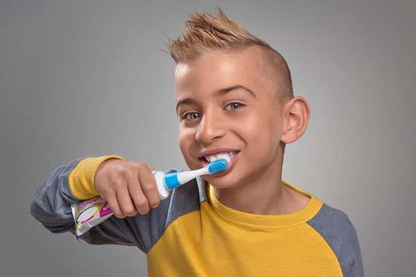 The Squeezie Twist-on Toothbrush Works with Any Toothpaste Tube
