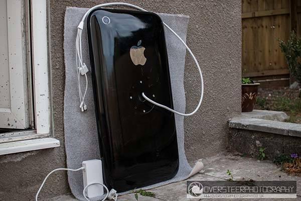 The Giant iPhone 3G Boasts a 30-Inch Cinema HD Display