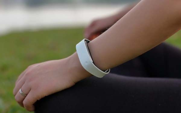 Sensmi Smart Wristband Tracks and Analyzes Your Stress Level and Sleep Patterns